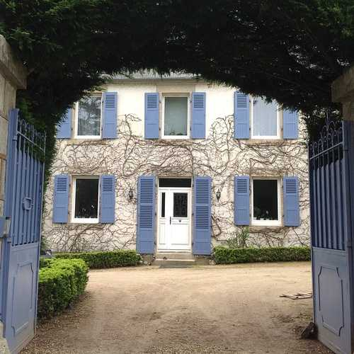 Fenêtres et porte d''entrée bois blanche, volets en bois bleu - Plestin