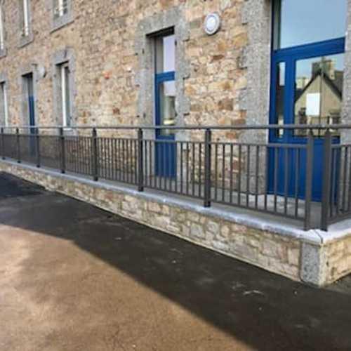 Garde-corps, portails et clôture alu dans une école maternelle