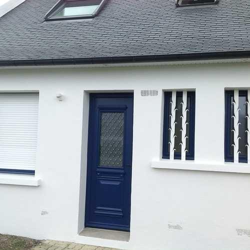 Porte d''entrée et fenêtres alu bleu, volets roulants tablier blanc - Trégastel