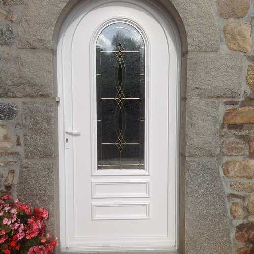 Porte entrée PVC avec vitrail et inclusions laiton- Tréglamus
