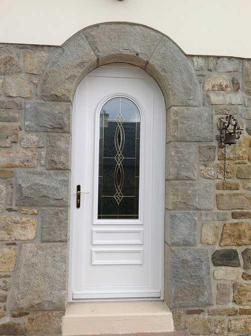 Porte d''entrée cintrée avec vitrail - Tréglamus 0