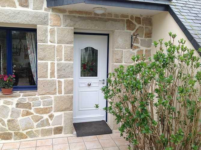 Porte d''entrée rétro avec vitrail - Pleumeur Bodou 1405