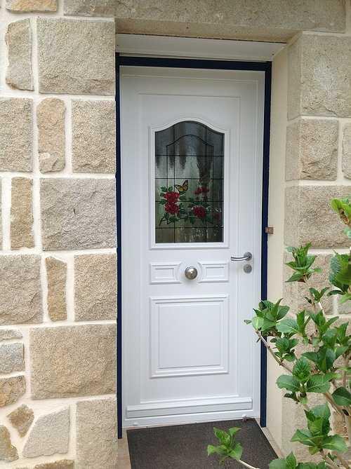 Porte d''entrée rétro avec vitrail - Pleumeur Bodou 0