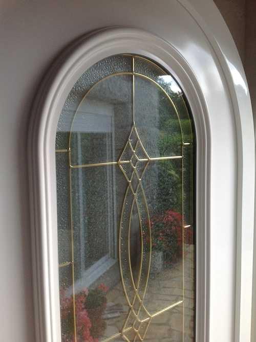 Porte entrée PVC avec vitrail et inclusions laiton- Tréglamus 1544