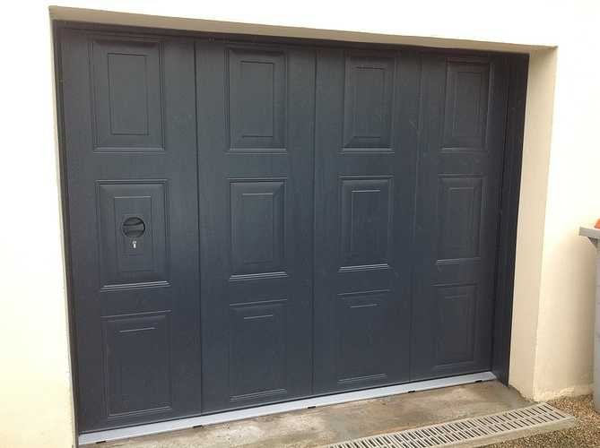 Porte de garage latérale OGAM motorisée avec portillon mécanique - Lannion 0