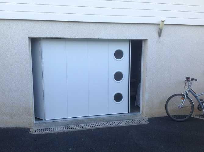 Porte de garage OGAM latérale motorisée, 40 mm isolée, portillon - Bégard 0