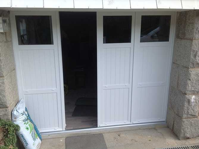 Porte de garage PVC isolée, 4 vantaux à la française - Pleumeur Bodou 0