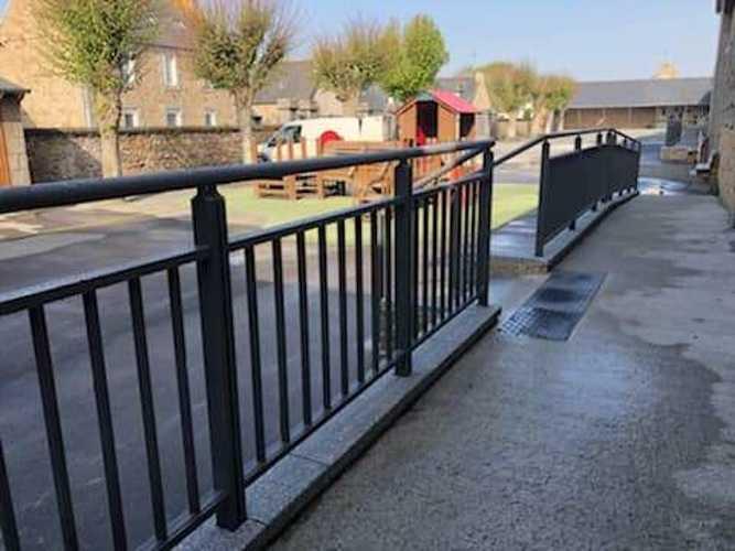 Garde-corps, portails et clôture alu dans une école maternelle bonot2