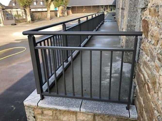 Garde-corps, portails et clôture alu dans une école maternelle bonot4
