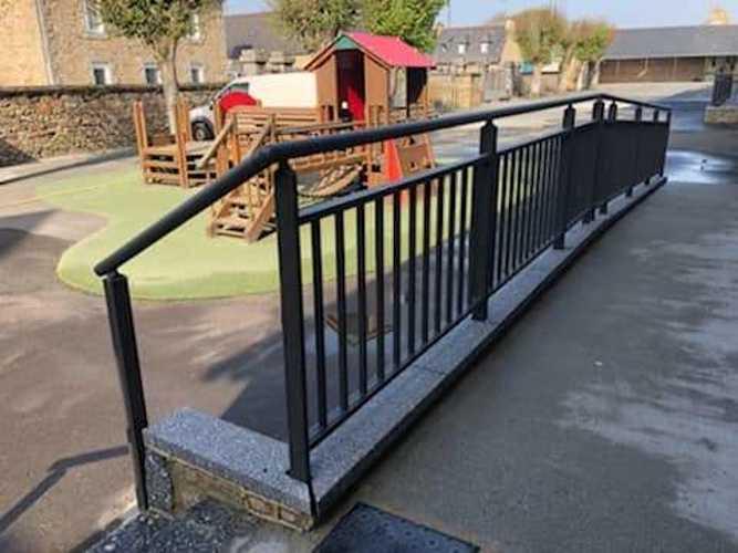 Garde-corps, portails et clôture alu dans une école maternelle bonot5