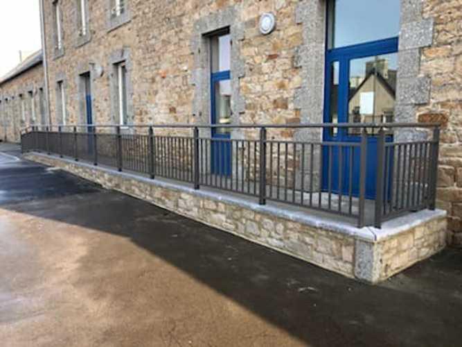 Garde-corps, portails et clôture alu dans une école maternelle 0