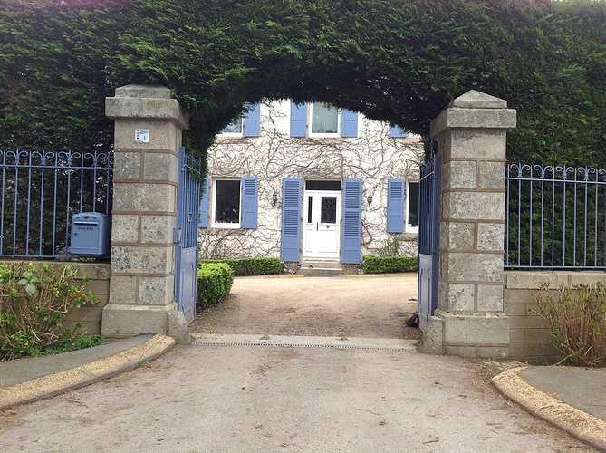 Fenêtres et porte d''entrée bois blanche, volets en bois bleu - Plestin 1318