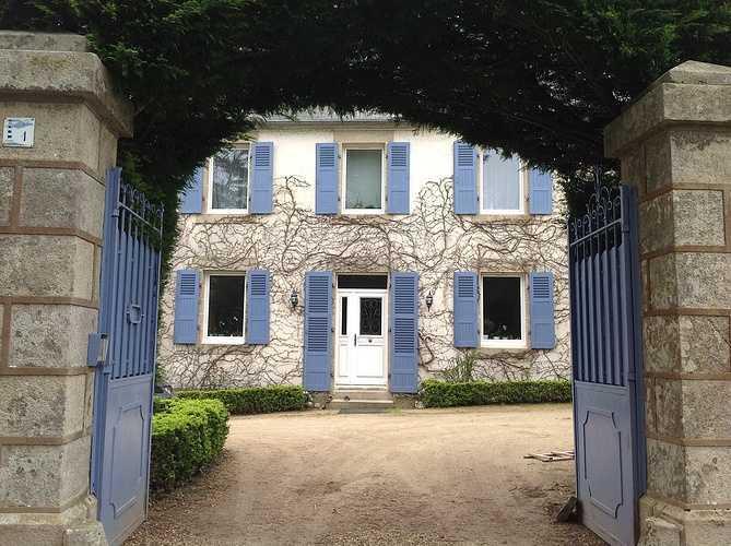 Fenêtres et porte d''entrée bois blanche, volets en bois bleu - Plestin 0