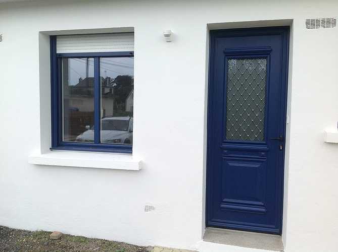 Porte d''entrée et fenêtres alu bleu, volets roulants tablier blanc - Trégastel 1487