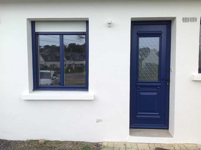 Porte d''entrée et fenêtres alu bleu, volets roulants tablier blanc - Trégastel 1488