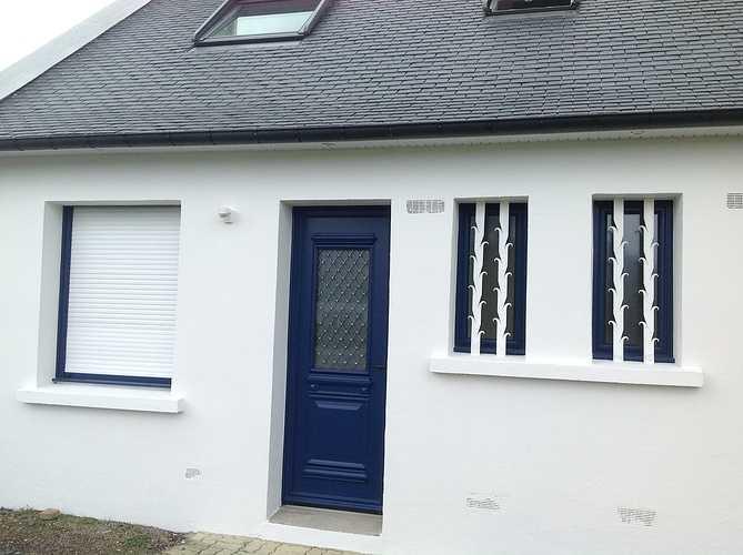 Porte d''entrée et fenêtres alu bleu, volets roulants tablier blanc - Trégastel 0
