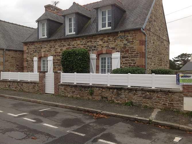 Fenêtres PVC petits carreaux, portillon et clôture PVC blanc - Perros Guirrec 0