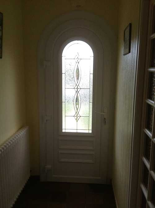Porte entrée PVC plein cintre, incrustations de laiton - Plouisy 434