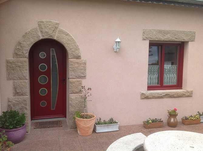 Porte d''entrée alu bordeau et fenêtres PVC bi couleur - Mantallot 0