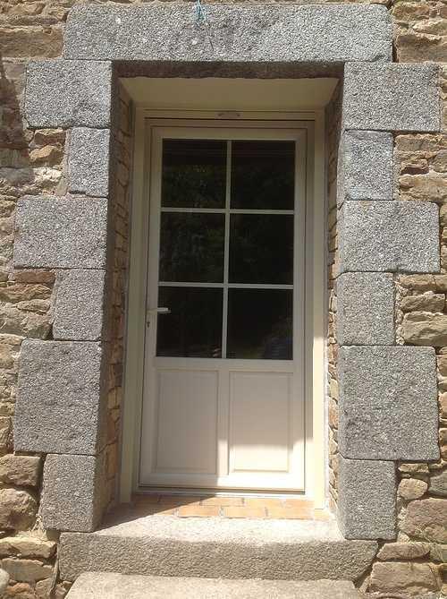 Porte entrée PVC ivoire avec volet roulant rénovation maison pierre - Brélidy 0