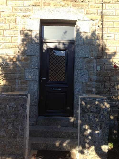 Porte d''entrée alu bi couleur avec grille fer forgé - Pedernec 1120