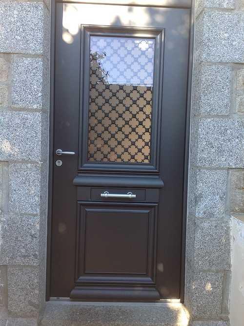 Porte d''entrée alu bi couleur avec grille fer forgé - Pedernec 0