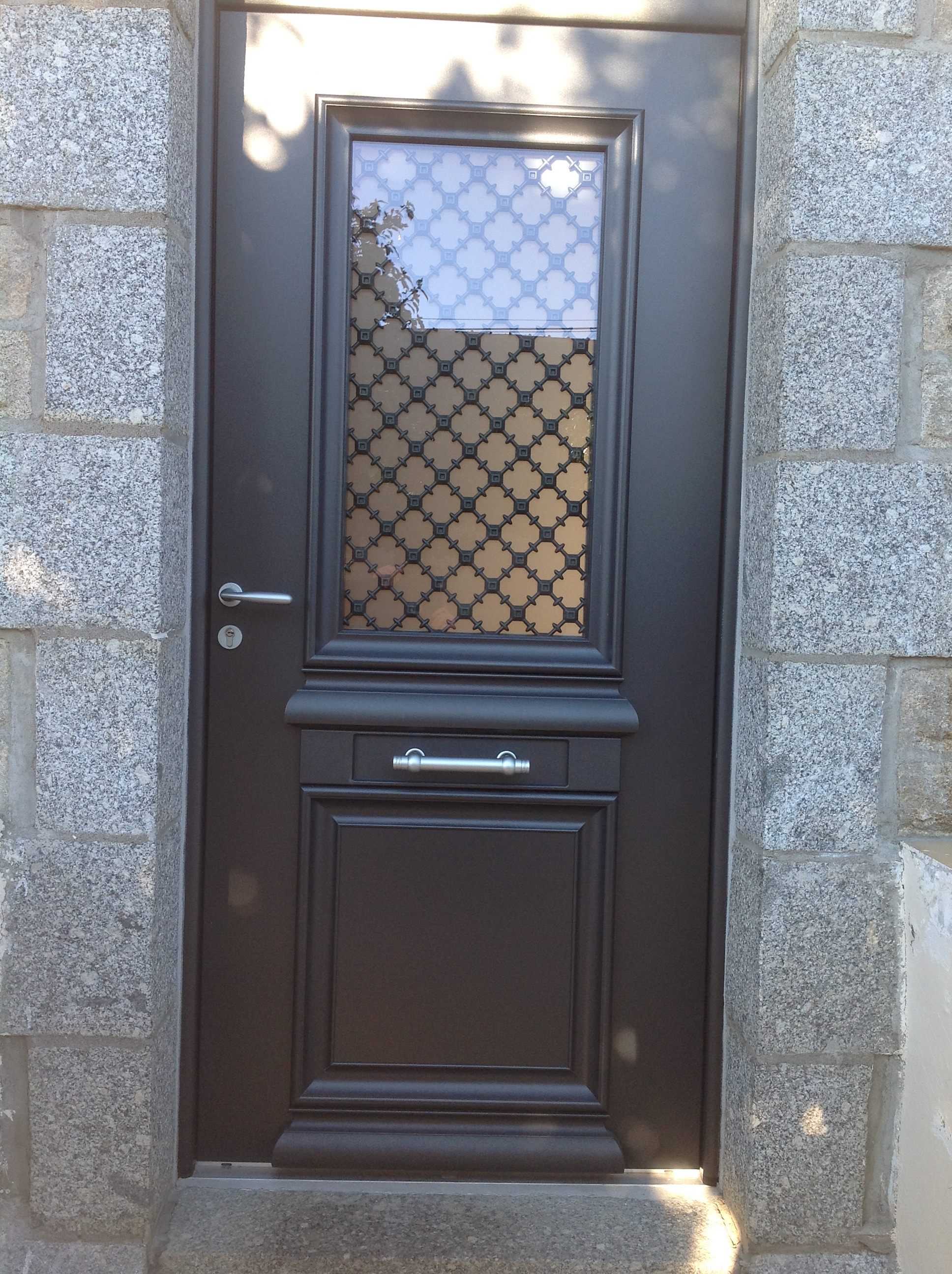 Porte d 39 entr e alu bi couleur avec grille fer forg pedernec - Porte d entree coulissante ...